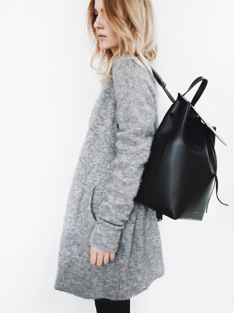 Backpack Trend: Mirjam Flatau is wearing a black backpack, the bucket bag from Mansur Gavriel