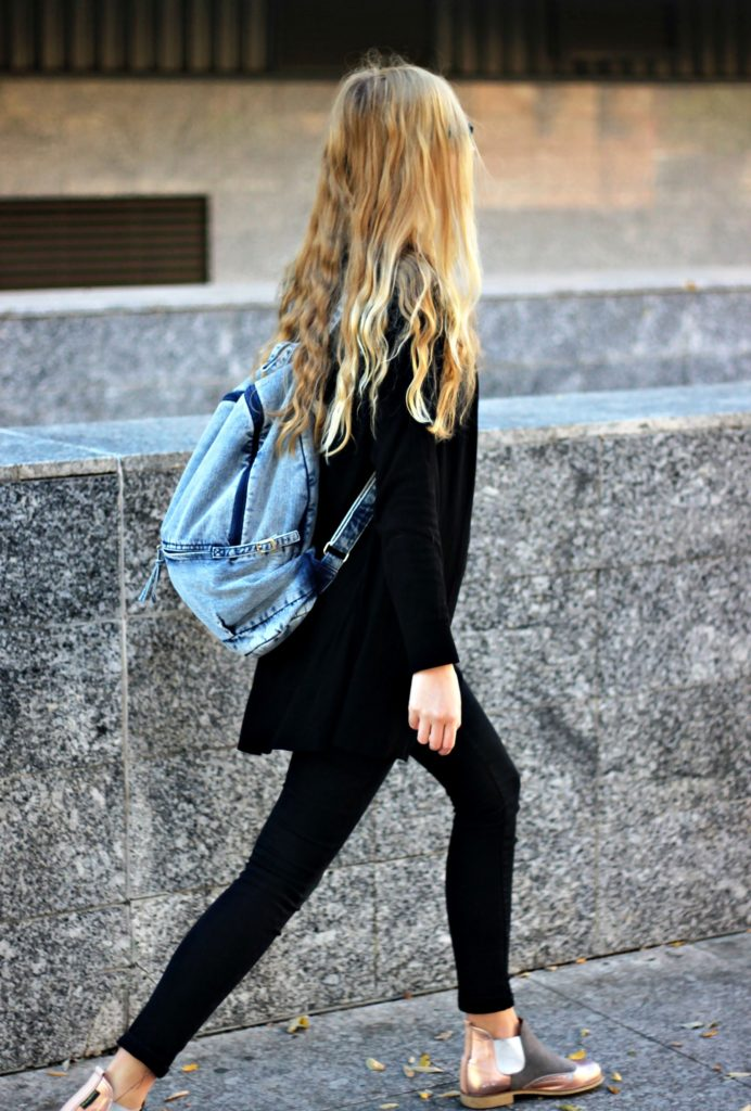 Marta Martín is wearing a denim backpack from from Petit Sesame