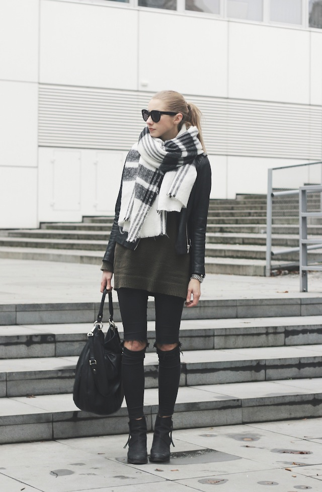 Oversized Scarf Trend: Pavlína Jágrová is wearing a big black and white scarf from Zara