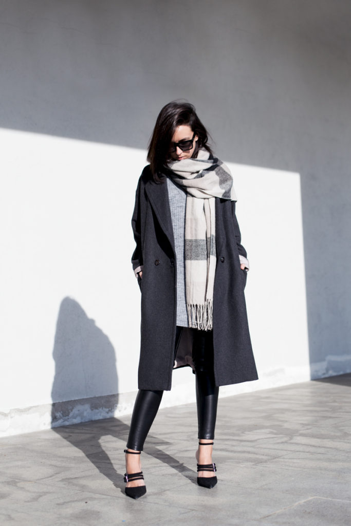 Oversized Scarf Trend: Lucita Yañez is wearing an oversized beige and black plaid tassel scarf from Sheinside