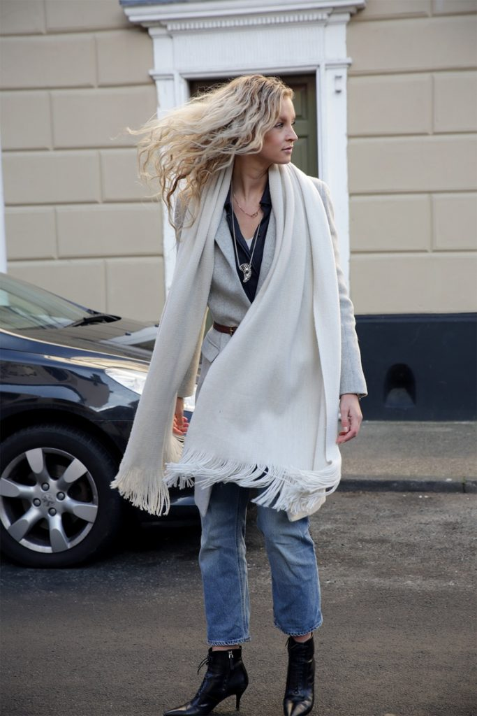 Anouk Yve is wearing a white oversized scarf from Zara