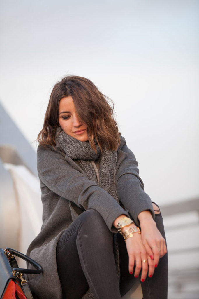 Grey Outfit Ideas: Alexandra Pereira is wearing all grey, coat from Buylevard, jeans from Anine Bing, scarf from Purificación García and the sweater is from Zara