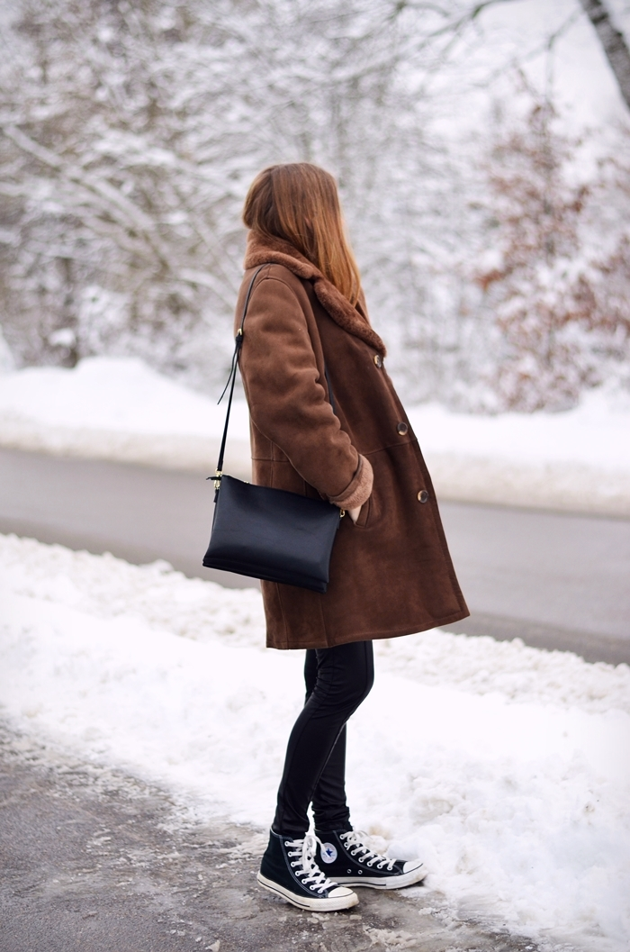 Shearling Winter Trend: Anna Huhtamäki is wearing a vintage shearling collar coat