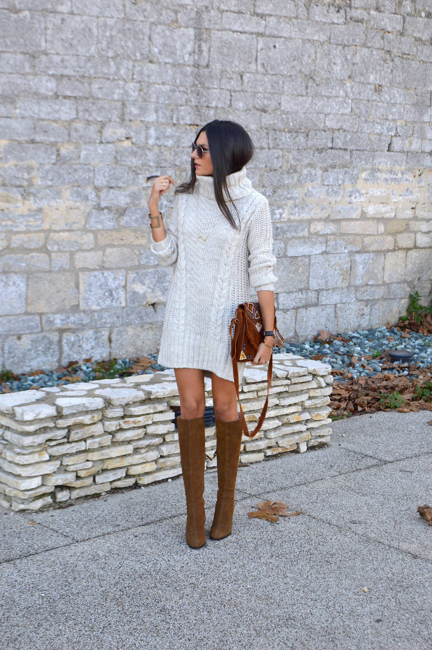 Turtleneck sweater dresses are always a winner. Wear a cream number with leather boots to simulate Federica L.'s look. Sweater Dress: H & M, Boots: Zara, Bag: Amenapih, Watch: Daniel Wellington, Collier: And Other Stories.