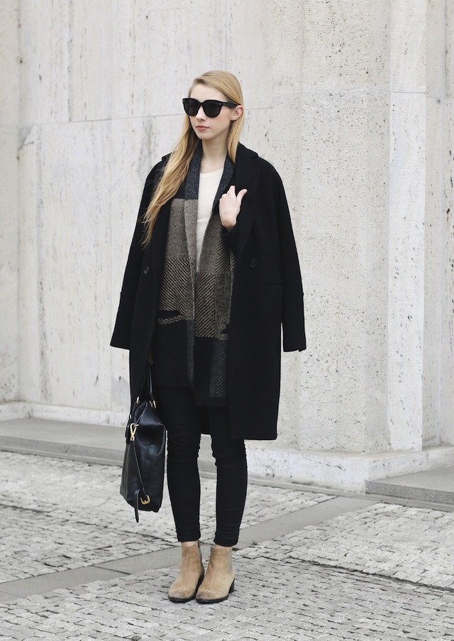 Winter Outfit Ideas: Pavlína Jágrová is wearing a H&M coat, Topshop skinny jeans and beige chelsea boots