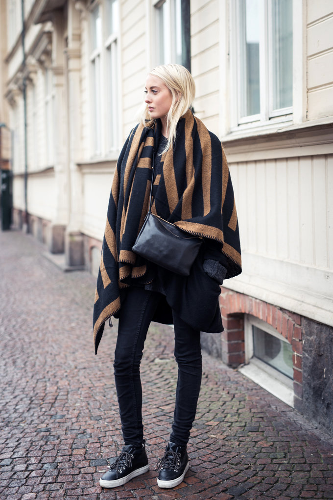 Ellen Claesson is wearing a Indiska blanket coat