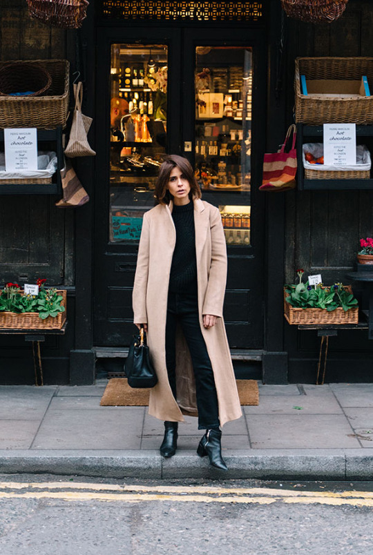 The contrast of a black and camel outfit will always give you a striking and individual style. Cristina Fernandez has chosen to pair black jeans with a matching turtleneck and a classic camel coat. Coat: Maurie and Eve, Sweater: Bimba Y Lola, Bag: Purificacion Garcia, Jeans: Mango.