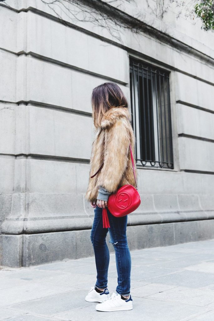 Winter Outfit: Sara Escudero is wearing a vintage faux fur coat from Asos, jeans from Topshop, sneakers from Adidas and the bag is from Gucci