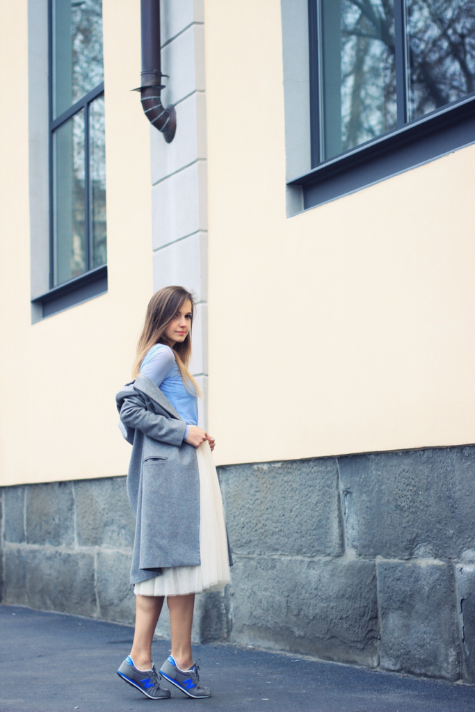 Ivana Julián is wearing a white tulle skirt from Happiness Boutique, grey coat from Oasap and the sneakers are from New Balance