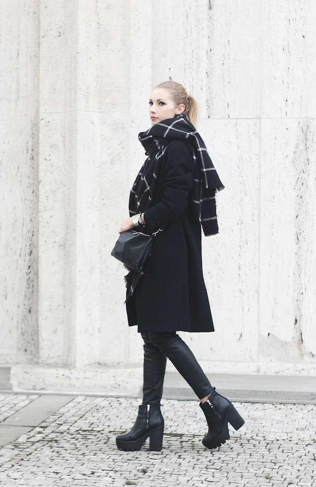 Pavlína Jágrová is wearing all black, the coat is from H&M Trend, black trousers from Lindex, ankle boots from Aldo and the scarf is from Zara