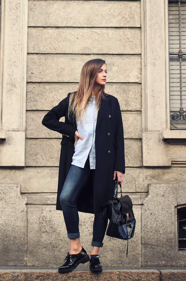Ivana Julián is wearing black coat from Stradivarius, shirt from Gap, shoes from Zara and the backpack is from Asos