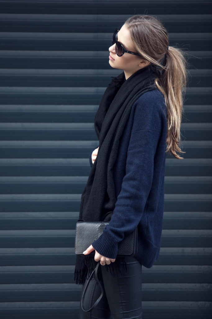 Alexa Carolin Thiele is wearing a dark blue cashmere sweater and black from Zara, and the coated trousers are from H&M, and the bag is from & Other Stories