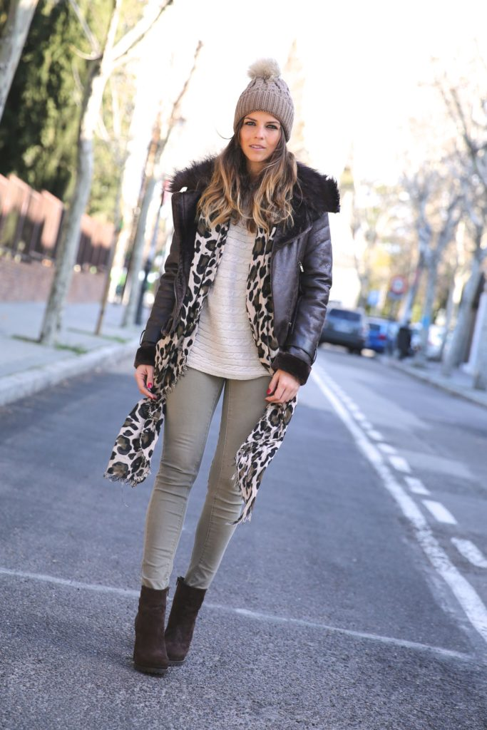 Natalia Cabezas is wearing an aviator jacket from Buylevard, beige top from Mango, olive trousers from Zara and the hat is from Kiluka Miluka