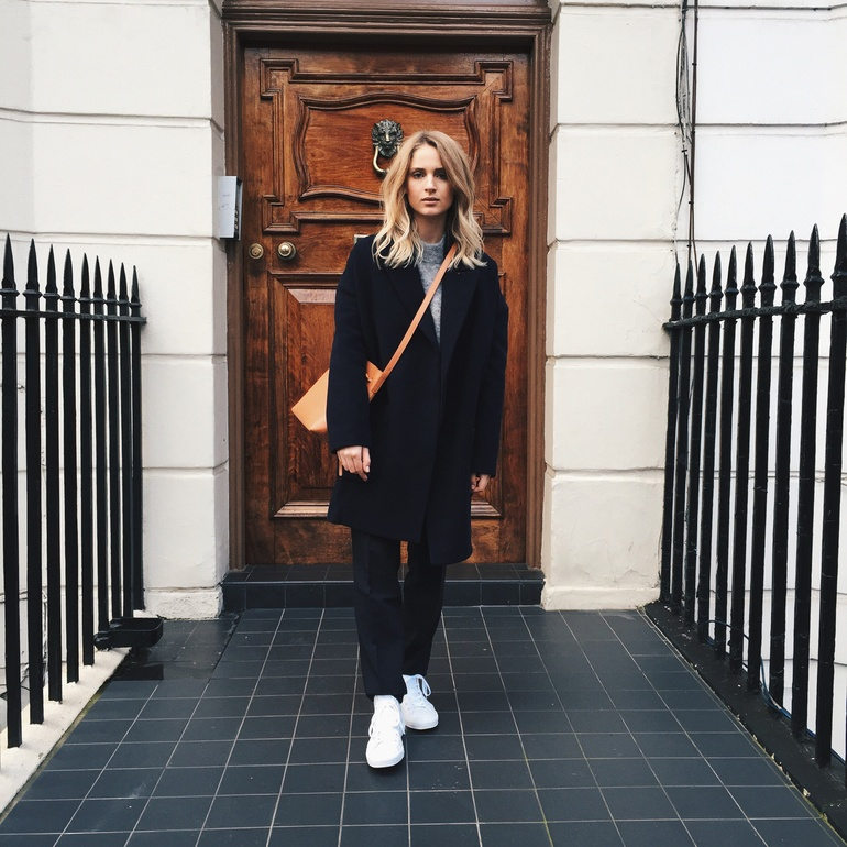 Just The Design: Mirjam Flatau is wearing a cashmere coat from Raey, a Mansur Gavriel side bag with white Converse sneakers