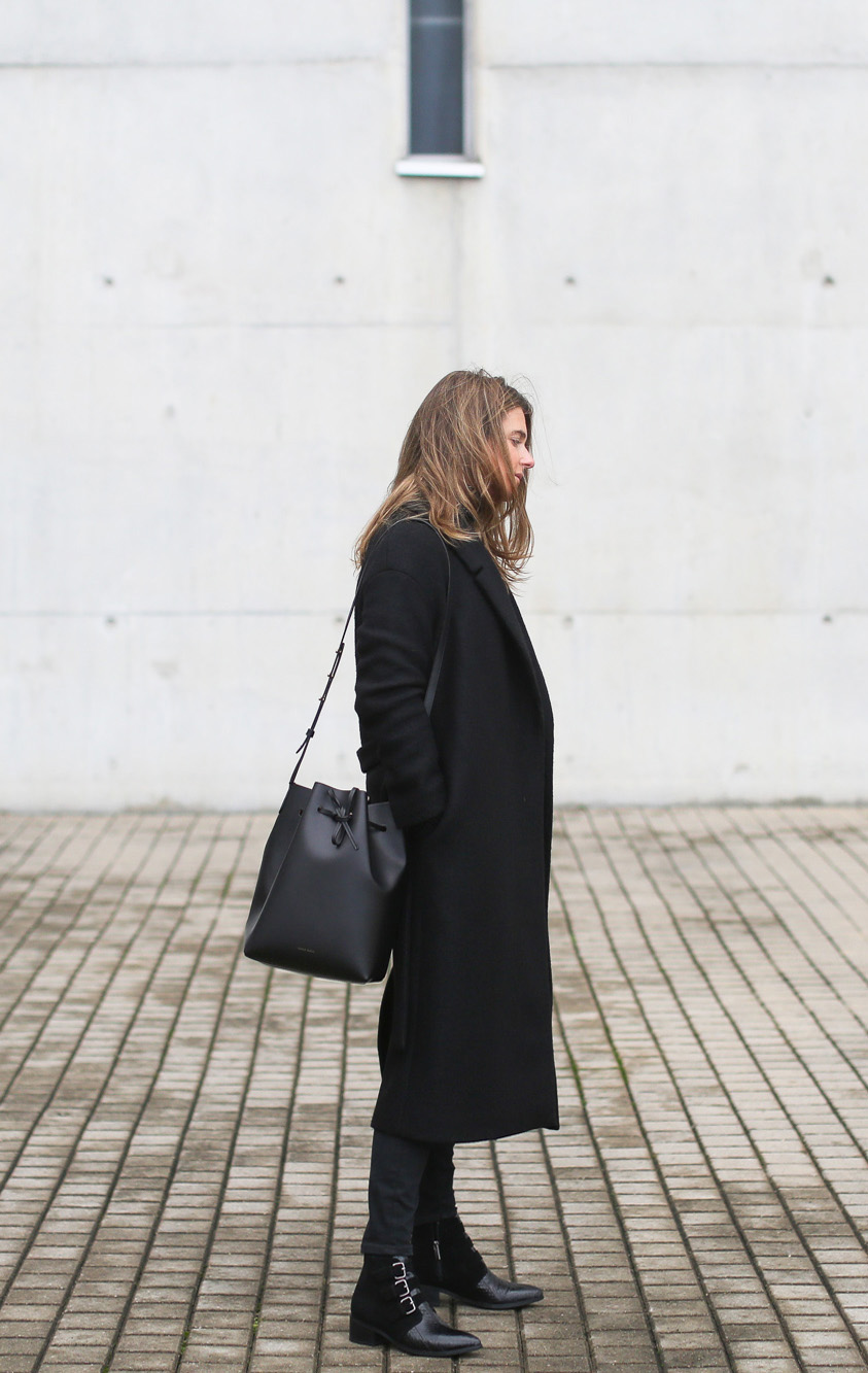 The bucket bag is a must have this season. Izortze Setien pairs this one with an all black combination of punky boots and a maxi coat to create an edgy and cool aesthetic. Coat: COS, Knit: Bimba & Lola, Jeans: Topshop, Bag: Mansur Gavriel.