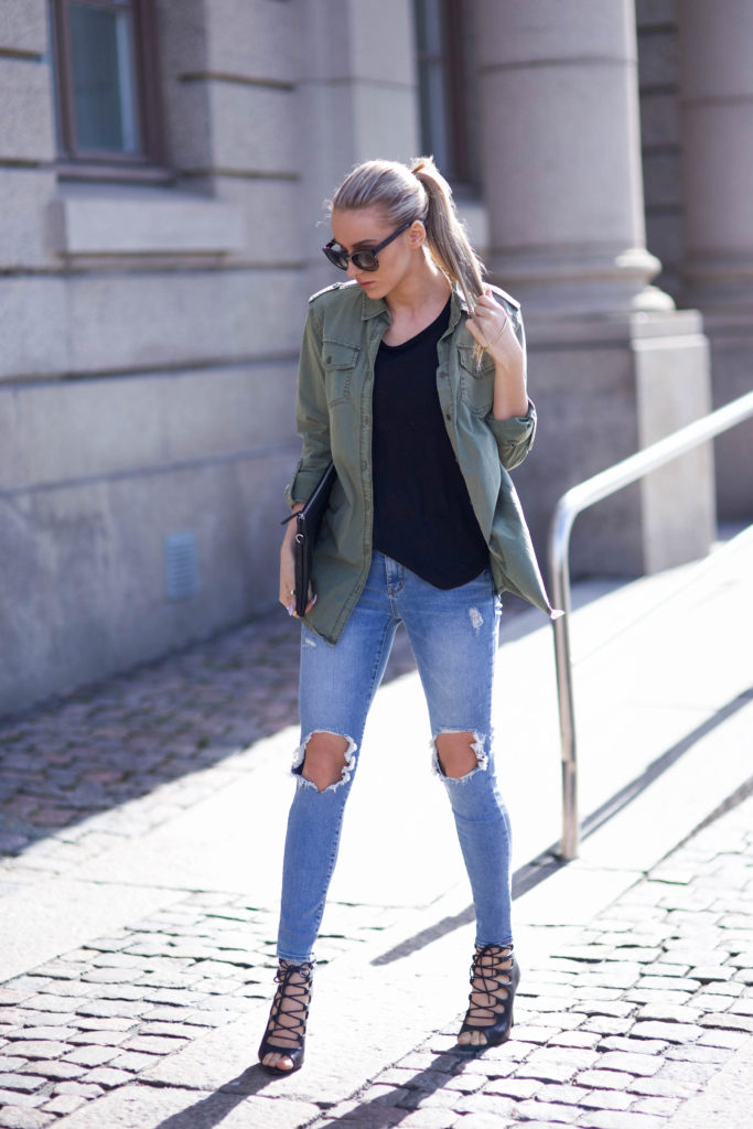 How To Style The Military Trend: Jennifer Sandsjö is wearing a khaki green Ginatricot shirt with distressed Chicy jeans