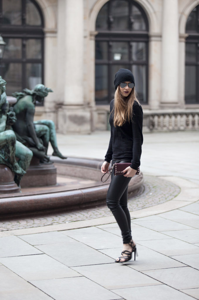 Just The Design: Alexa Carolin Thiele is wearing a black Hallhuber sweater, Oakwood leather pants and a Valentino clutch bag