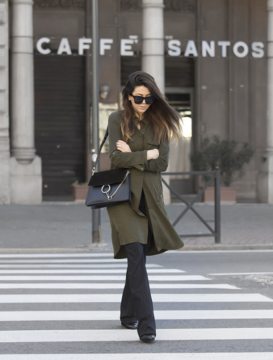 A long khaki shirt is the ultimate way to get the military trend! Nicoletta Reggio wears this piece over black work trousers, paired with a little leather bag. Trench: Zara, Trousers: Dolce & Gabbana from Gamsmy.it, Bag: Chloè Faye, Shoes: Givenchy.