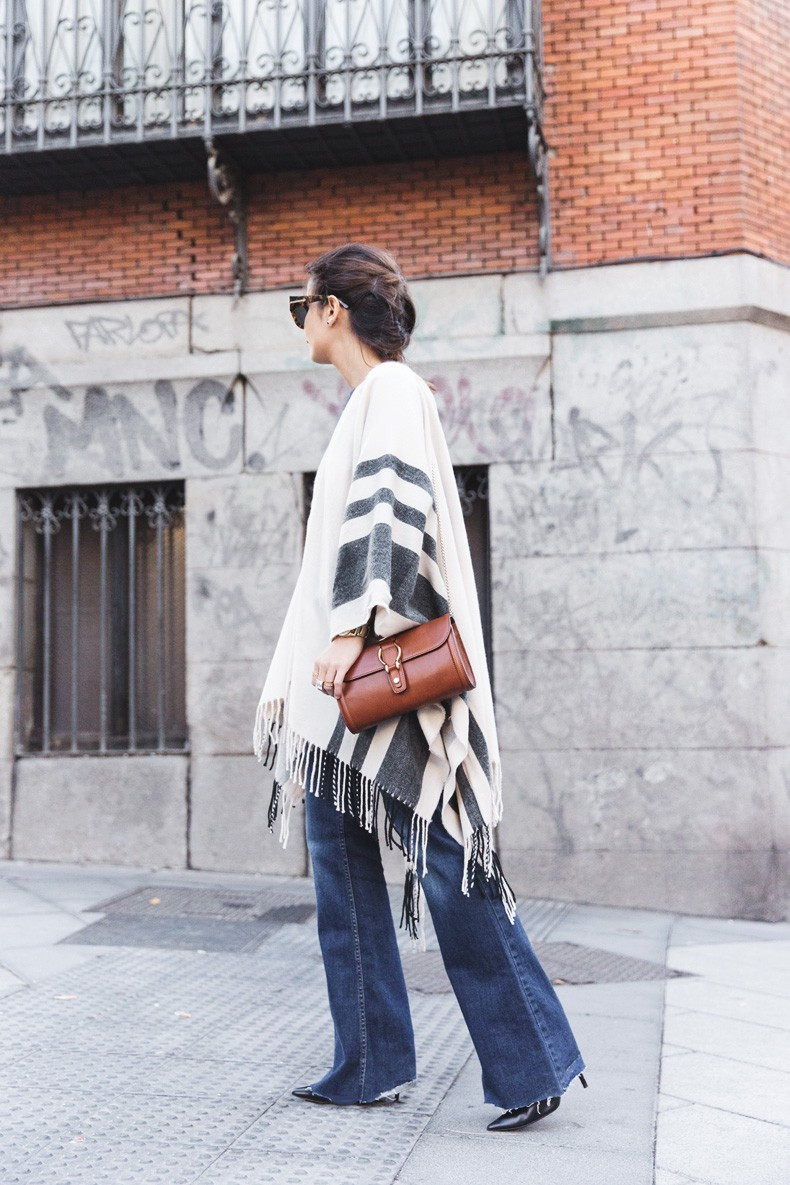 70's Fashion Trend: Sara Escudero is wearing a grey and white cape from Asos, vintage jeans, bag from Massimo Dutti and the shoes are from Valensi