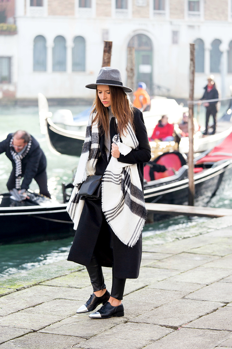 Veronica Ferraro is wearing a check scarf from Zara, coat from Forever 21, shoes from Sarenza and the bag is form Céline