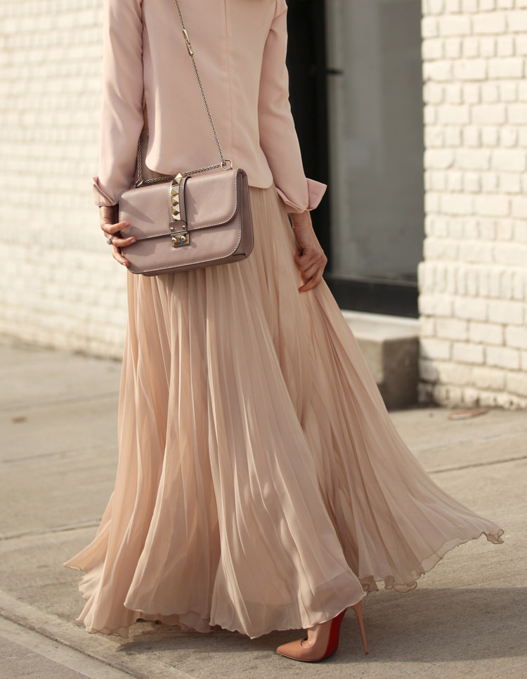 Blush Pink Outfit: Helena Glazer is wearing a pleated Zara maxi skirt with a blush pink blazer and a Valentino clutch bag