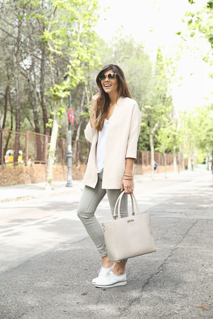 Neutral Coloured Outfits: Natalia Cabezas is wearing a creme Cosette blazer, pale grey Zara jeans, a Folli Follie handbag and white Poelman shoes