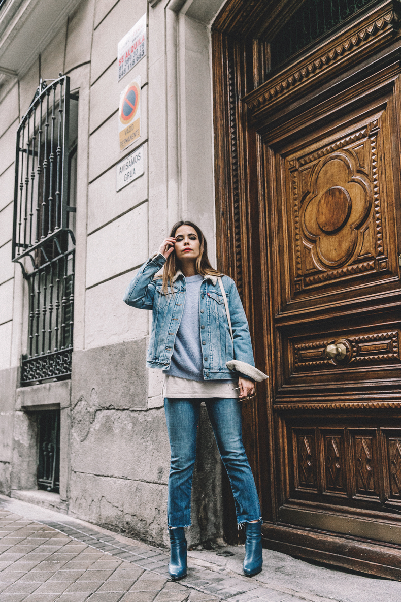 Double denim is the ultimate retro trend! Sara Escudero is rocking the look, styling it with patent blue Chelsea boots and a cute pale blue sweater. This style will never go out of fashion. Jacket: Levi's, Jeans: Mother, Jersey: Chicwish, Bag: Céline x Vestiaire, Boots: Old.