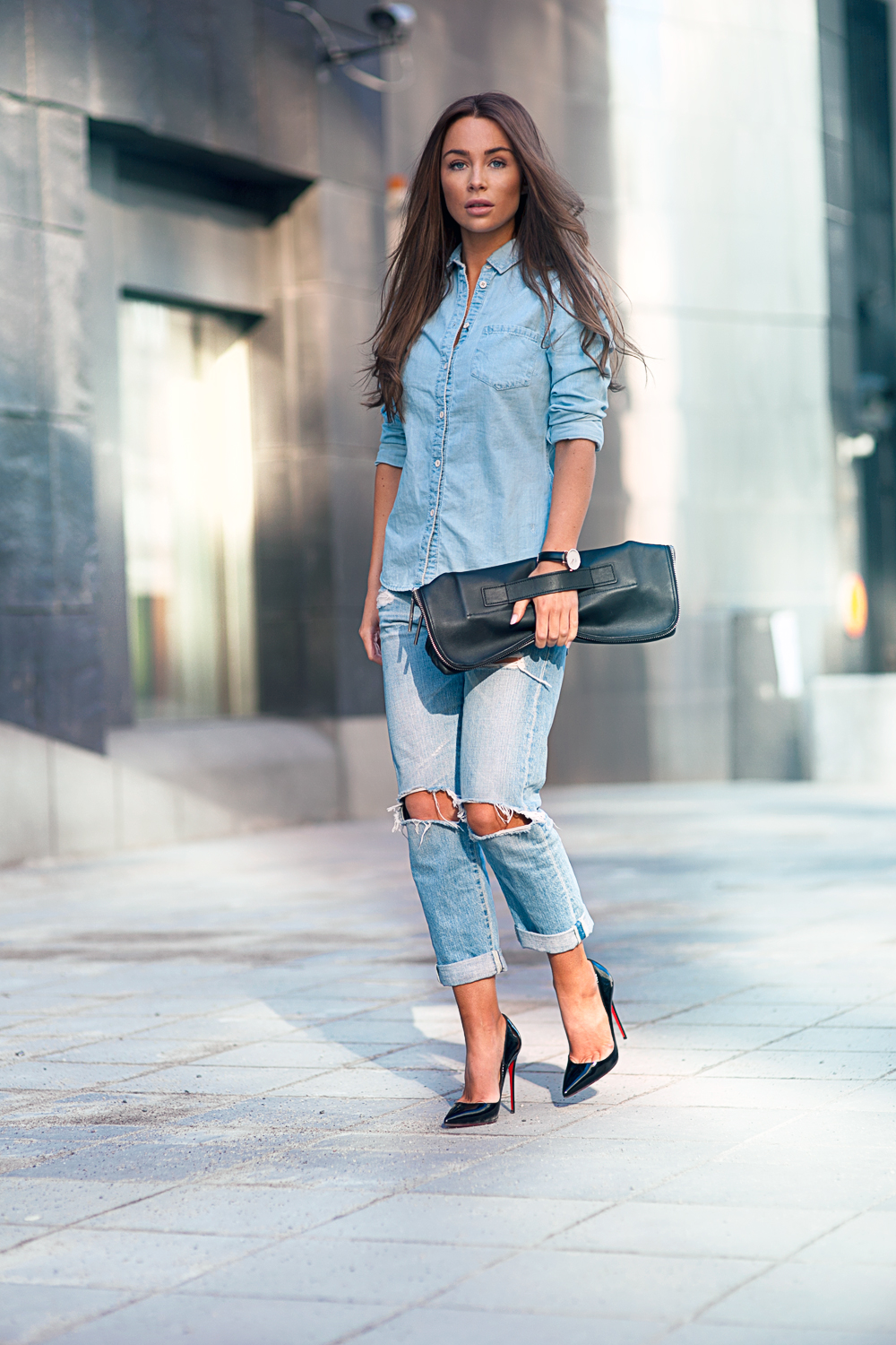 Johanna Olsson is wearing a denim shirt from Lindex and the ripped jeans are from AG