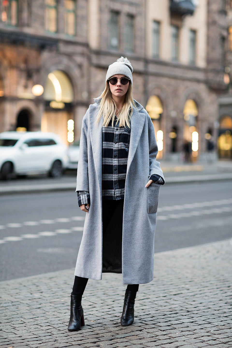 Pale coloured maxi coats are always a good idea because of their versatility. Elsa Ekman wears this pale grey coat with a classic plaid shirt and jeans; adding class and sophistication to an otherwise casual outfit. Coat Topshop, Shirt Vintage, Jeans Cheap Monday, Shoes Topshop, Beanie Balmuir.