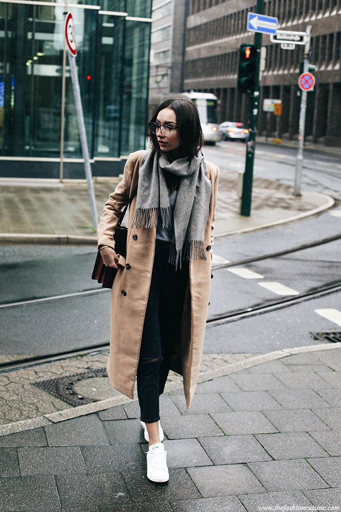 Combine two massive trends and wear a camel maxi coat like this one worn by Beatrice Gutu! Try pairing a similar piece with jeans, sneakers and an oversized scarf to recreate this look. Coat: Missguided, Knitwear: Mango, Jeans: Asos, Scarf: H&M, Bag: Zara, Sneakers: Stan Smith.