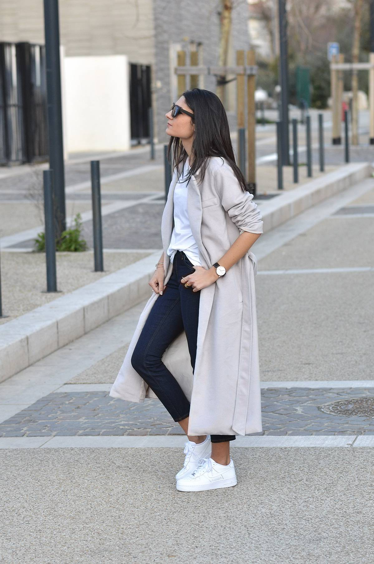 Pale maxi coats will always go a treat with cropped denim jeans and a plain white tee. Federica L. rocks this simple yet effective style, looking ready for any eventuality! Coat: Sheinside, Tee: Zara, Jeans: & Other Stories.