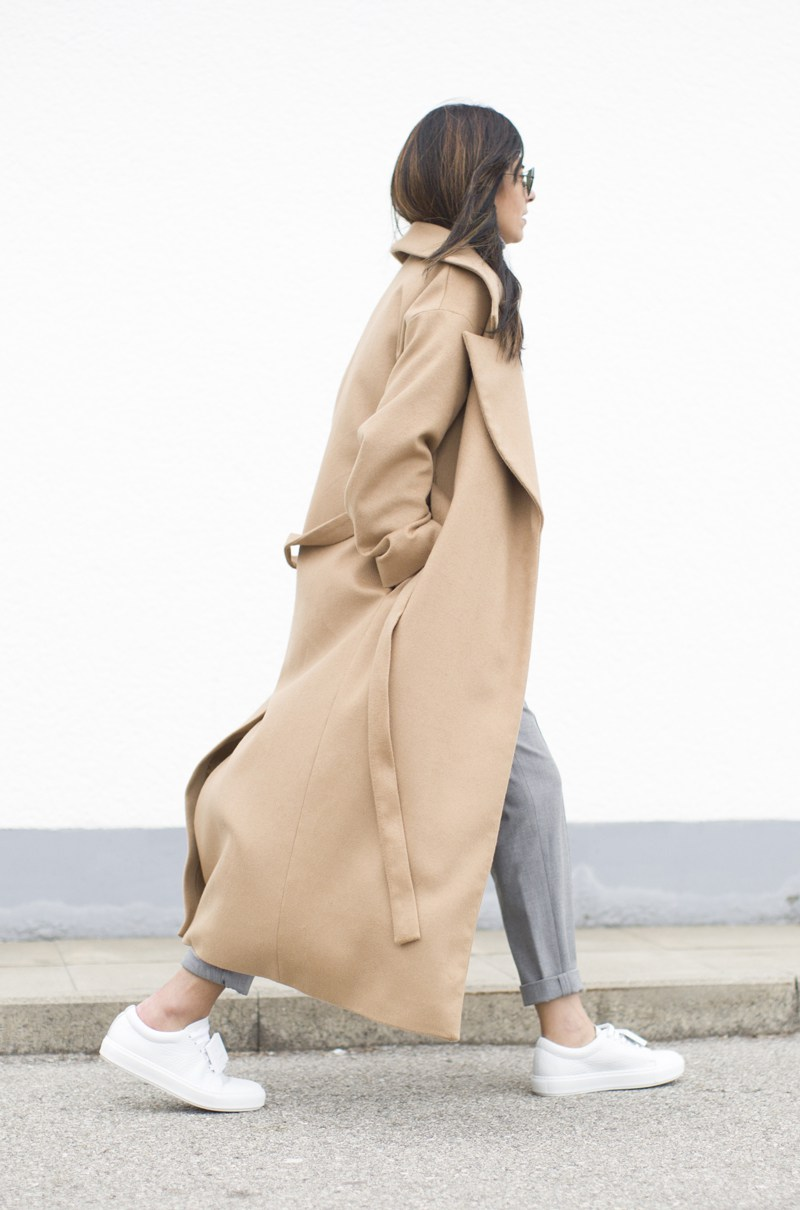 Laura Dittrich wears the long coat trend in camel, one of this season's hottest colours! Paired with grey slacks and fresh white sneakers, this look is utterly chic. Coat: COS, Turtleneck: Zara, Sneakers: Acne.