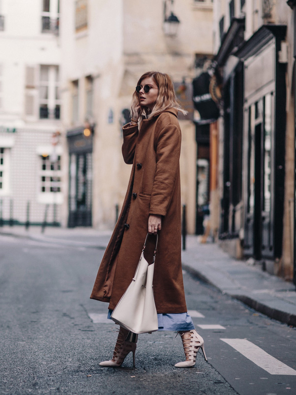 Jana Wind is wearing the maxi coat trend paired with super stylish white strappy heels and a matching leather bag. This look is edgy and authentic, we love it! Coat: Rachel Knors, Pullover: Escada, Dress: Otto D'Ame Dora via Shopbop, Bag: Burberry via Monnier Frères, Shoes: Missguided.