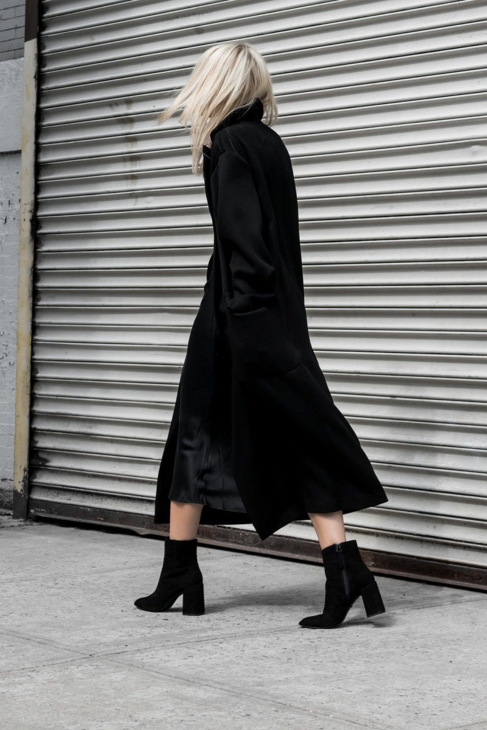 Nothing shouts sophisticated chic so much as a black maxi coat! Wearing this look with chunky ankle boots will afford you a striking and elegant overall style; why not give it a try? Via Figtny Outfit: Topshop.