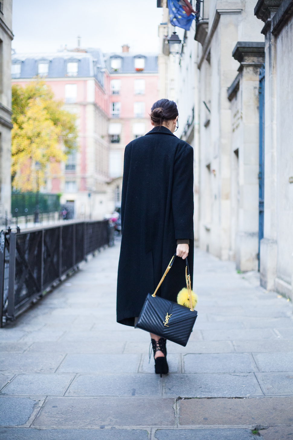 The business style maxi coat is a winning trend this fall. We love Alexandra Guerain's choice to accessorise with a YSL flat purse. Coat: ASOS, Shoes: Shoes Schutz, Bag: Saint Laurent.