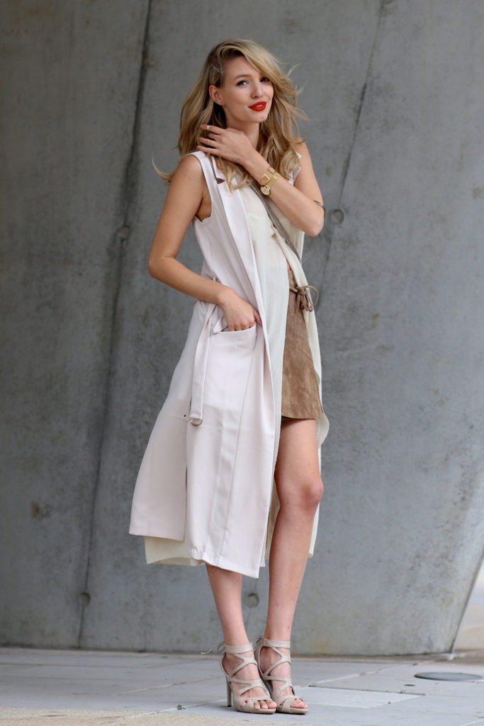 Take a nude colour palette with the sleeveless coat and the suede skirt to create an excellent neutral outfit. Via Leonie Sophie