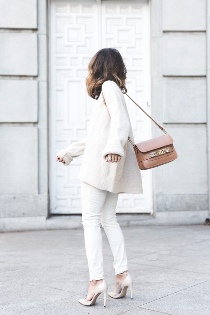 Sara Escudero is wearing a neutral outfit, the top, trousers and shoes are from Zara and the bag is from Porenza Schouler
