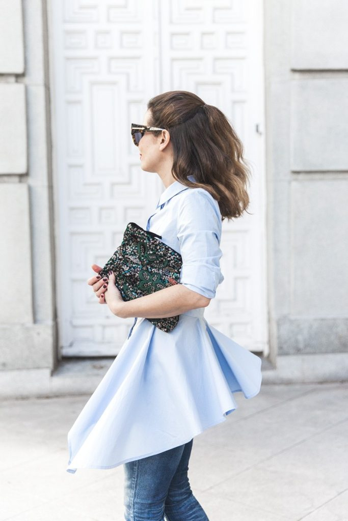 Sara Escudero is wearing a baby blue oversized H&M shirt over a pair of denim Topshop jeans