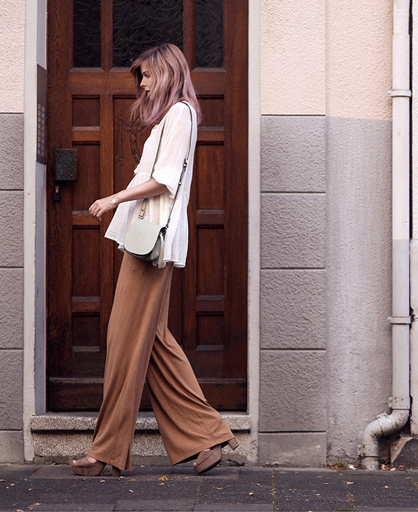 Jana Wind beautifully combines a bohemian peasant style white top with brown wide leg pants and platforms Top: Zara, Pants: Asos, Shoes: Sarenza