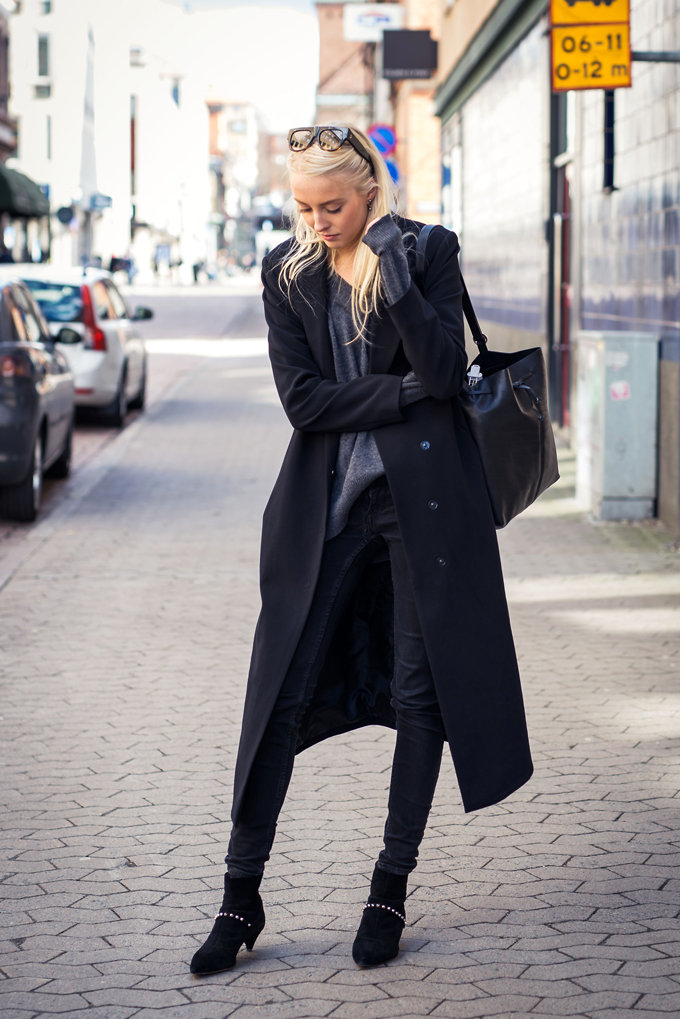 Maxi Coat Outfit & Ideas: Ellen Claesson is wearing a black Gina Tricot maxi mac coat