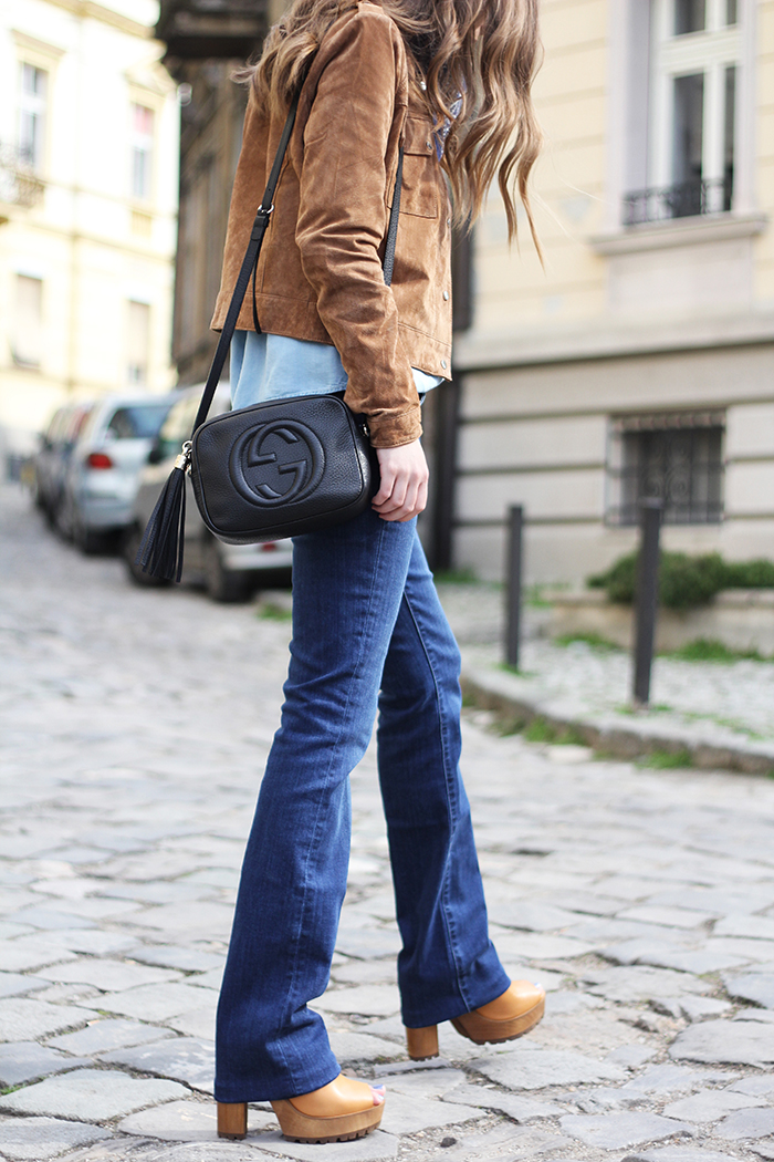 How To Wear Platform Shoes: Vanja Milicevic is wearing a pair of beige platform sandals from Zara with a pair of Massimo Dutti flares