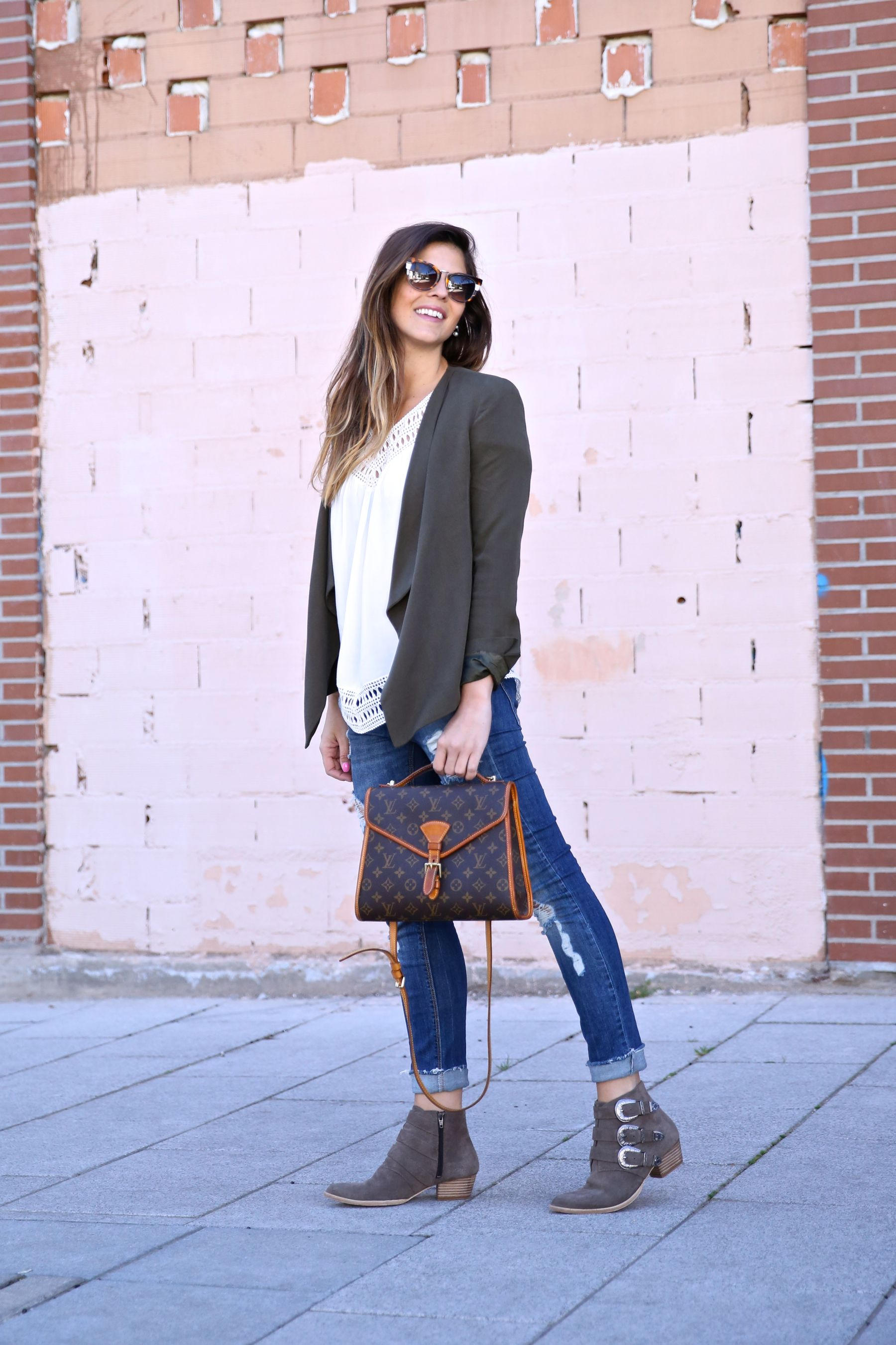 Natalia Cabezas is wearing a white Buylevard blouse with a khaki Zara blazer, distressed Pull & Bear jeans and Mustt ankle boots