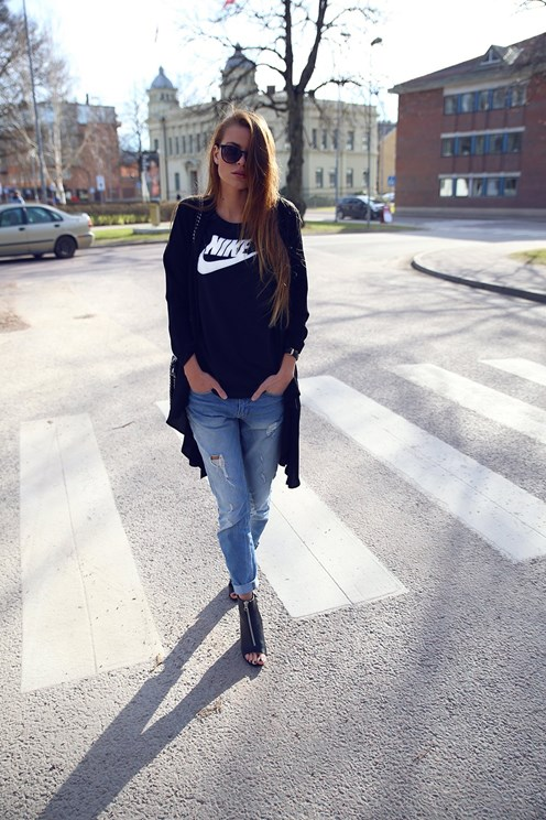Street Style, April 2015: Josefinekstroms is wearing a Vero Moda black blazer paired with a Zalando graphic tee, JC distressed jeans and Dinkso ankle heels