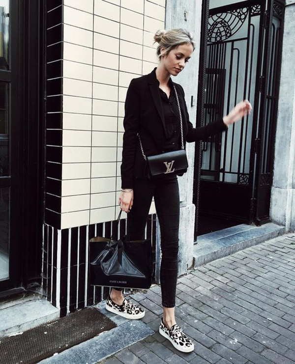 Kelly Spronk is sleek and chic in this gorgeous all black style, consisting of a button up blouse, skinny jeans, and a tomboy blazer. Wear this look with a pair of statement shoes to inject a touch of colour into your aesthetic! Brands not specified.