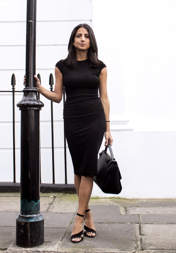Isabel Sellés is sleek and striking in this all black outfit consisting of a fitted midi dress, strappy sandals, with a trendy satchel style bag for a retro addition. You can never go wrong with black, and this look definitely proves it! Brands not specified.