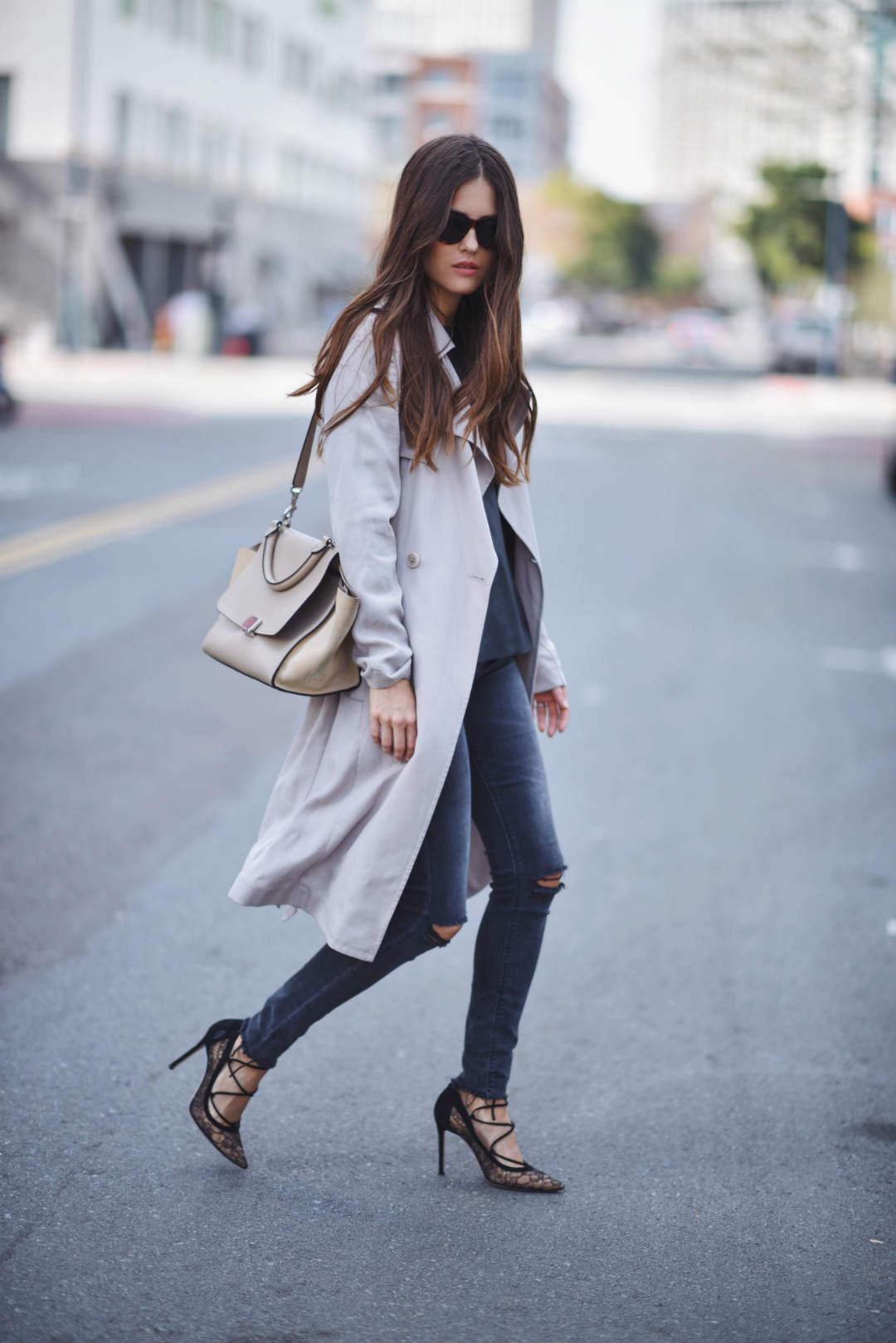 Wear the draped trench coat style with distressed denim jeans and strappy stilettos to steal Paola Alberdi's simplistic but glamorous style! Coat: Reiss, Blouse/Jeans: Zara, Pumps: Gianvito Rossi, Bag: Celine.