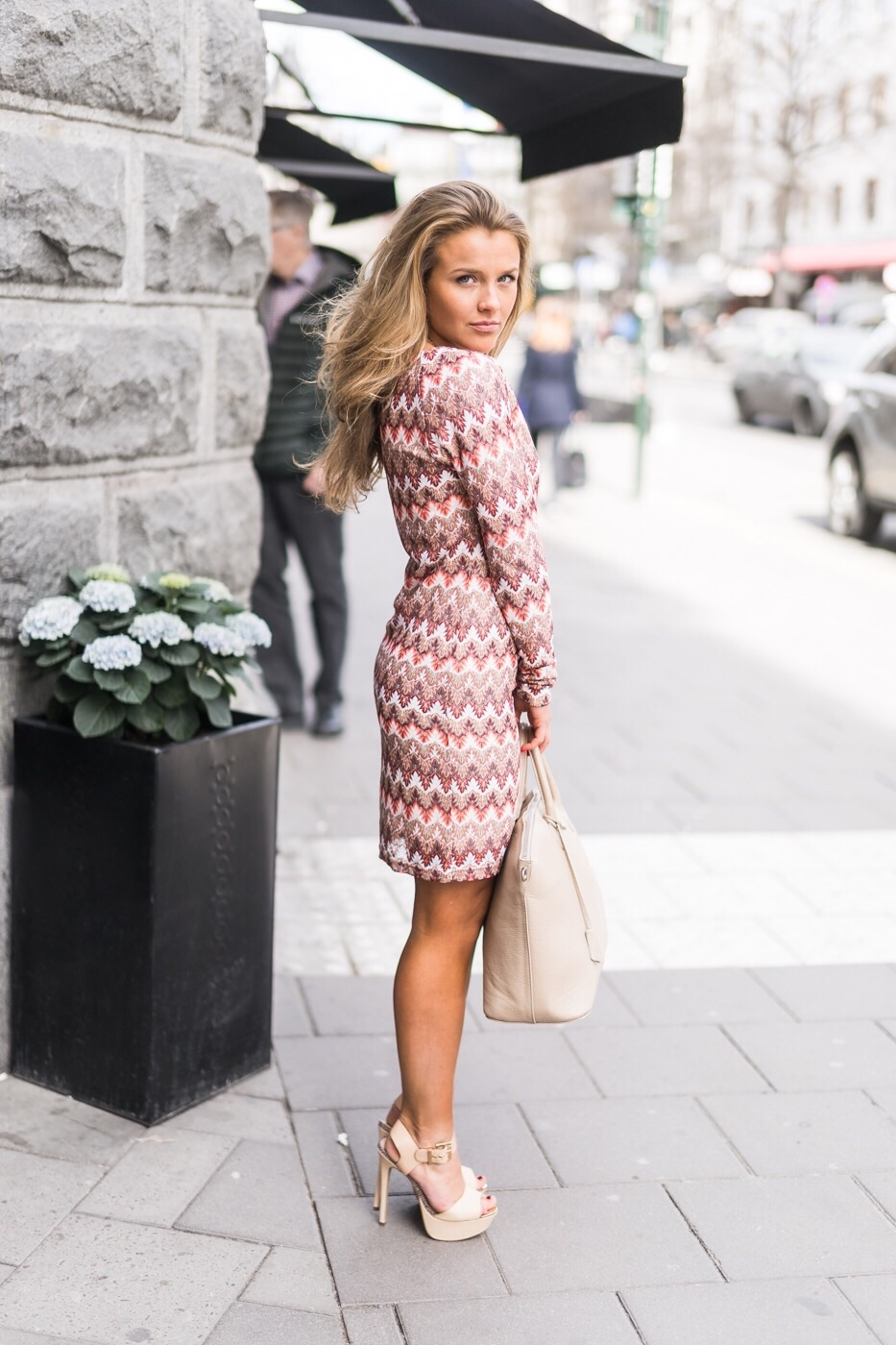 Molly Rustas is wearing a Linnea short print dress from nelly, and the shoes are from River Island