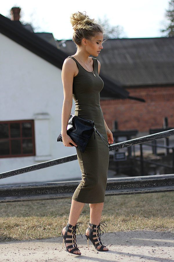 Linda Ryden is wearing a khaki dress from Gina Tricot, clutch from Ur & Penn and the shoes are from Kurt Geiger
