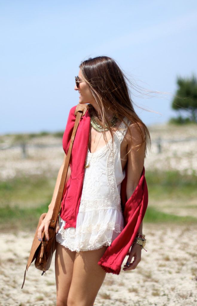 Coachella Outfit Looks: Silvia Garcia is wearing white lace top, a red kimono and shorts all from Pull & Bear with a chunky Mango necklace and a leather Ikks sidebag