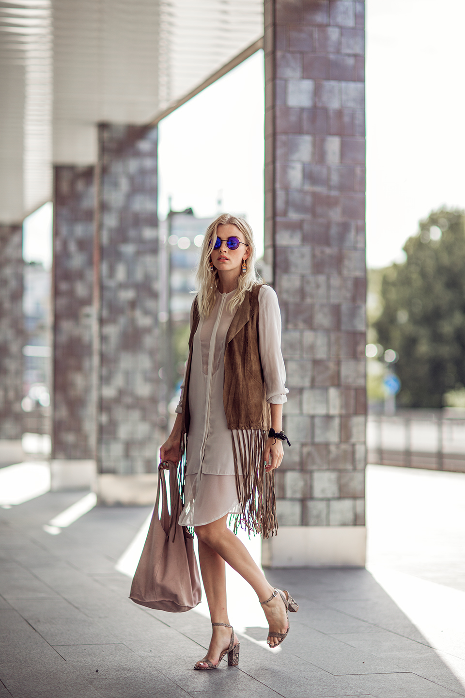 There is nothing more bohemian than a tasselled suede jacket! Elsa Ekman is a picture of boho beauty in this sheer dress and hippie shades, paired with patterned heels and a simple tote. Shirtdress: Samsøe & Samsøe, Jacket: PULZ jeans, Bag: Hunkydory, Shoes: River Island, Sunnies:H&M.